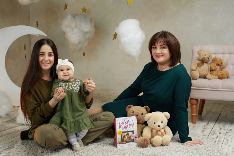 Врач-гинеколог и родившая мама с ребенком