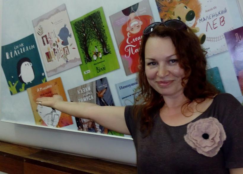 Таня Стус возле книжного стенда