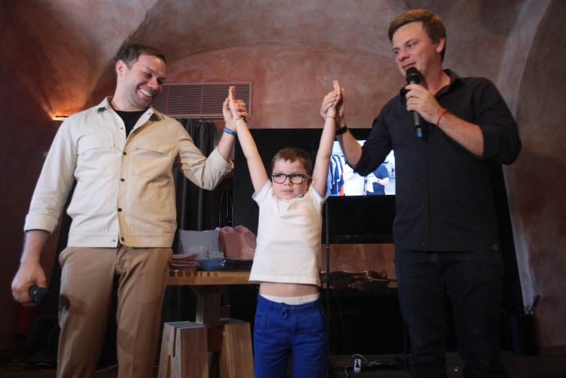 Андре Тан и Дмитрий Комаров с вылечившимся мальчиком