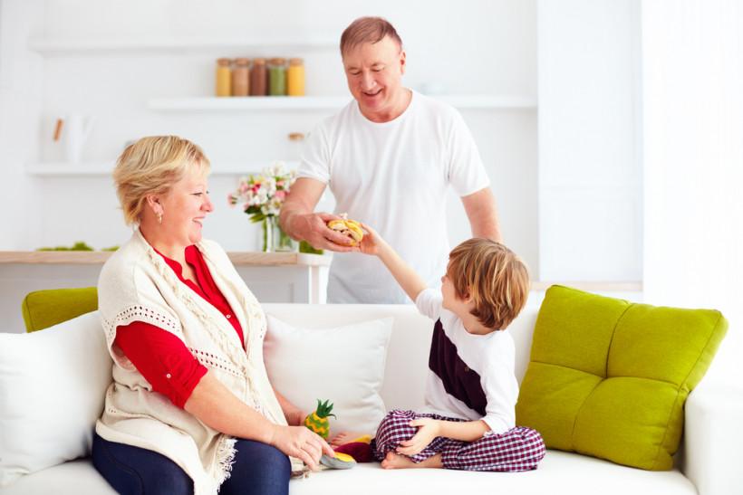 """Хочу к бабушке"": если ребенок любит бабушку больше, чем маму - три простых совета"