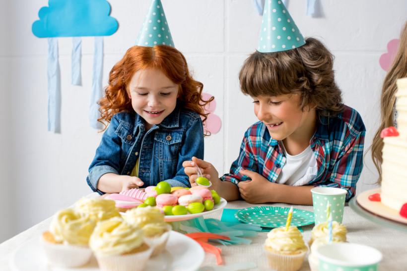 дети едят сладости