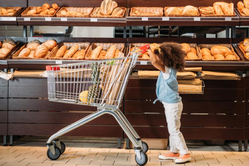 девочка в магазине в хлебном отделе
