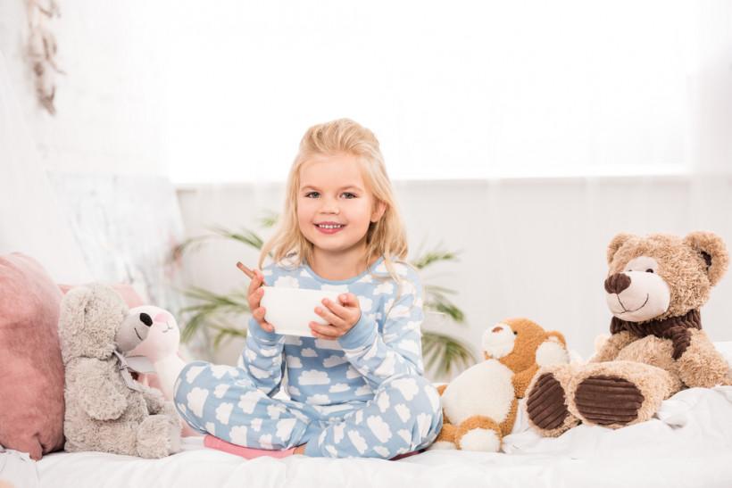 девочка ест с игрушками