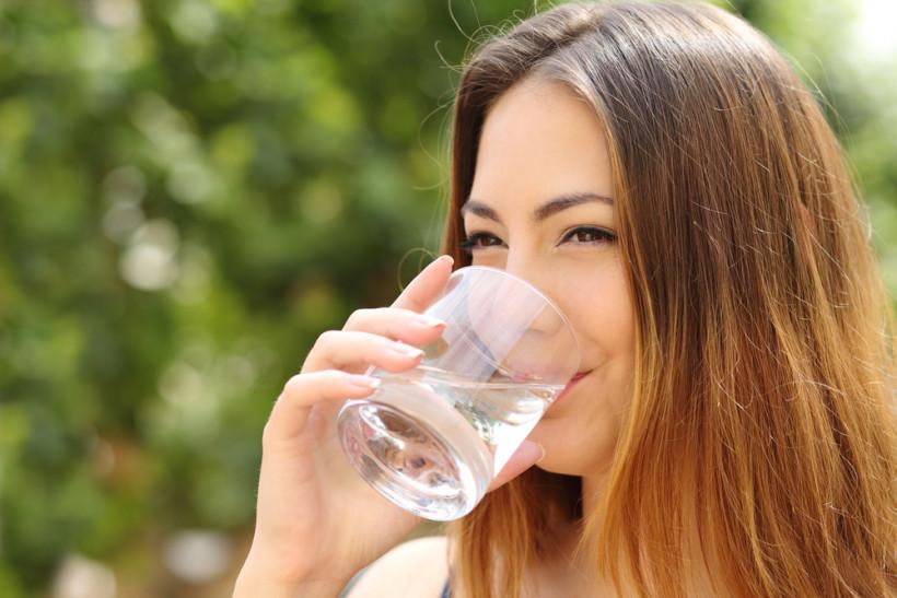 сколько нужно пить воды летом
