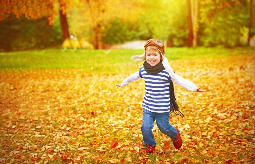 ребенок в осеннем парке
