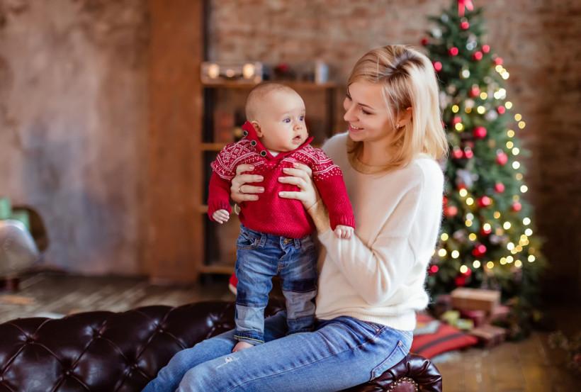 мама с малышом на новый год