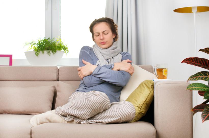 Женщина болеет гриппом, простуда