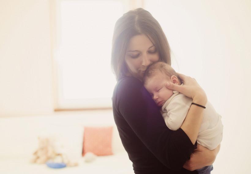 мама тримає малюка