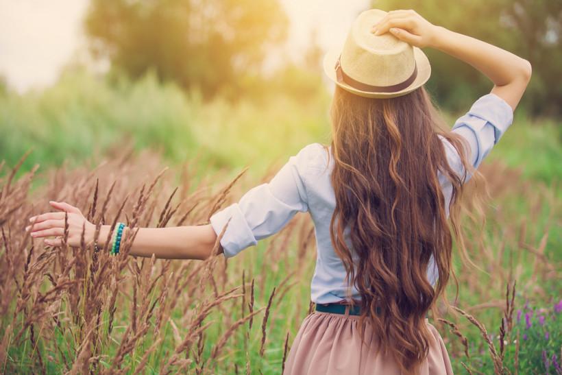 жінка довге волосся