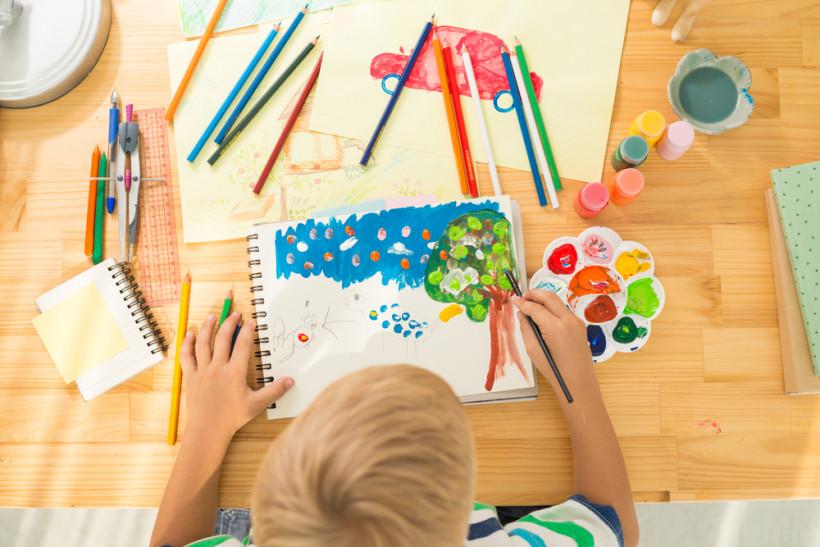 малюк малює