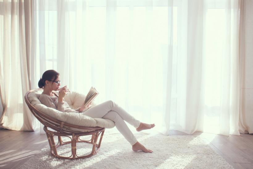 жінка читає книгу