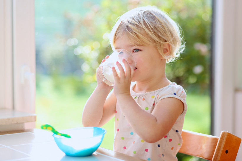 дитина п'є молока