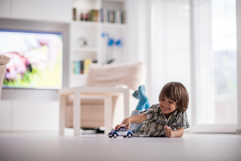мальчик играет дома