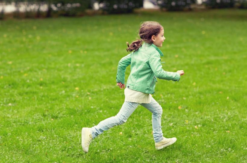 дівчинка біг