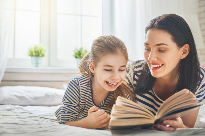 мама з донькою читають