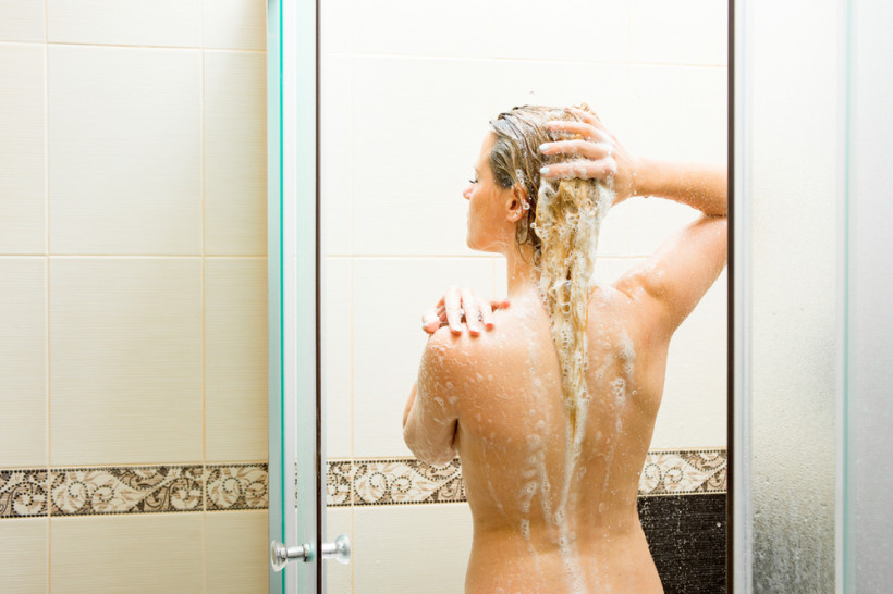 жінка душ