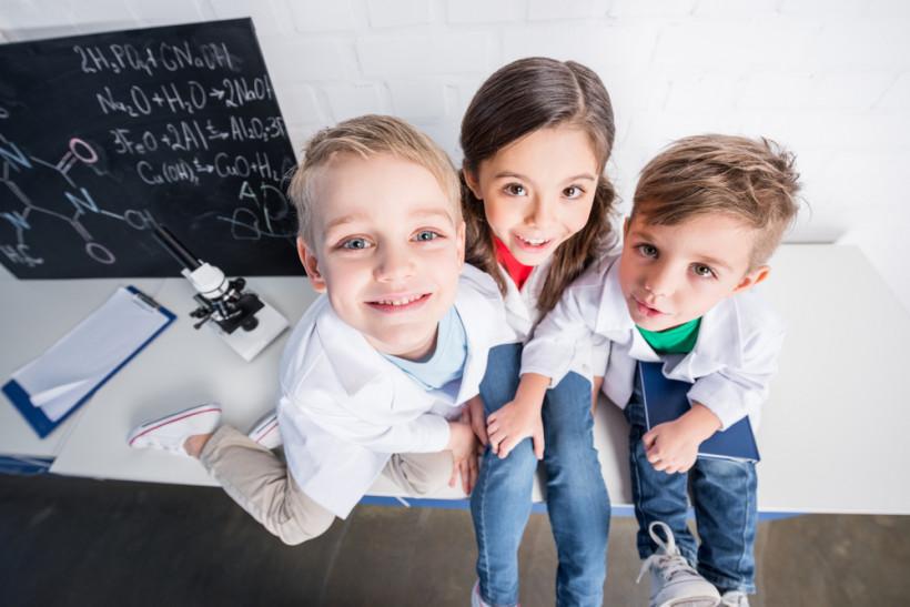 Дети занимаются в школе - креативность