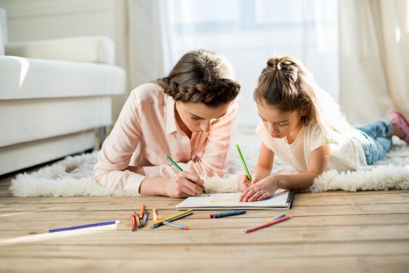 Мама и дочь пишувт