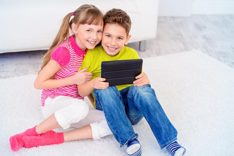 Дети с планшетом