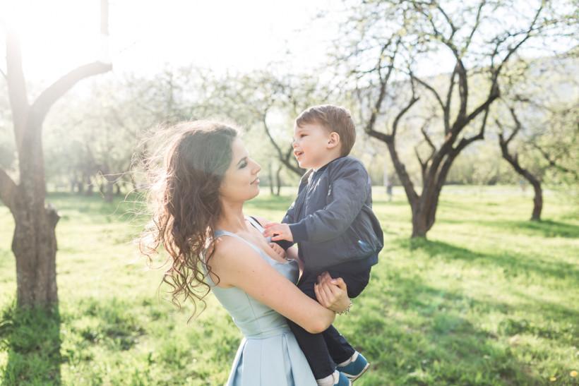 Мама держит сына на руках