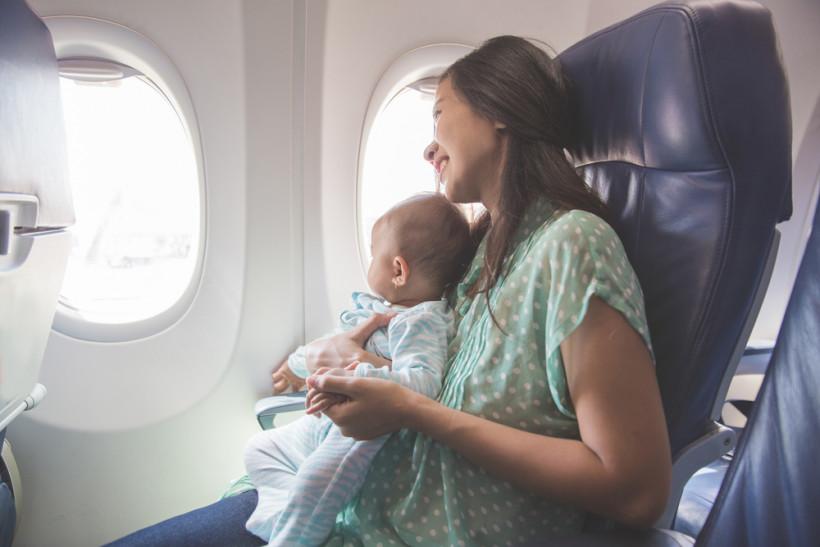 Мама с малышом в самолете