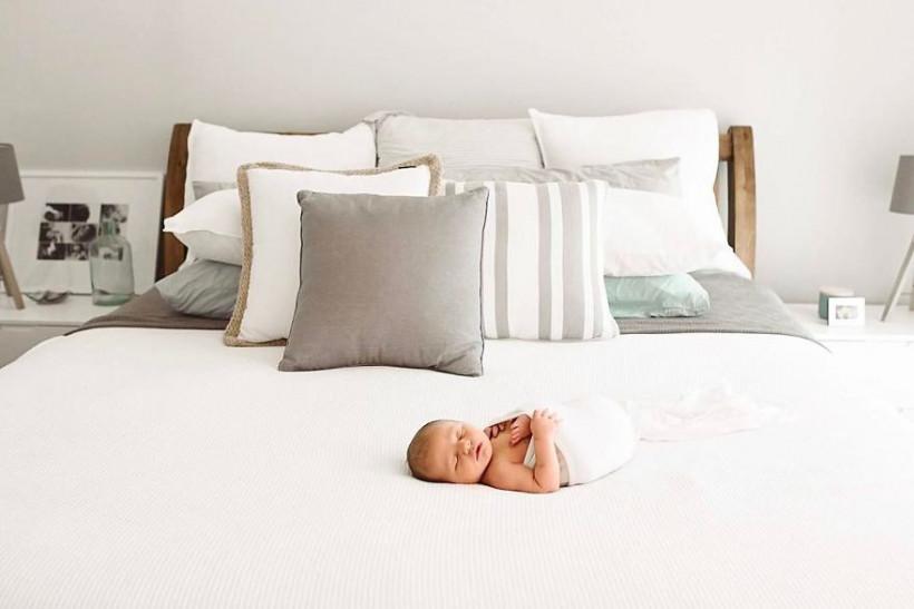 Милый ребенок на кровати
