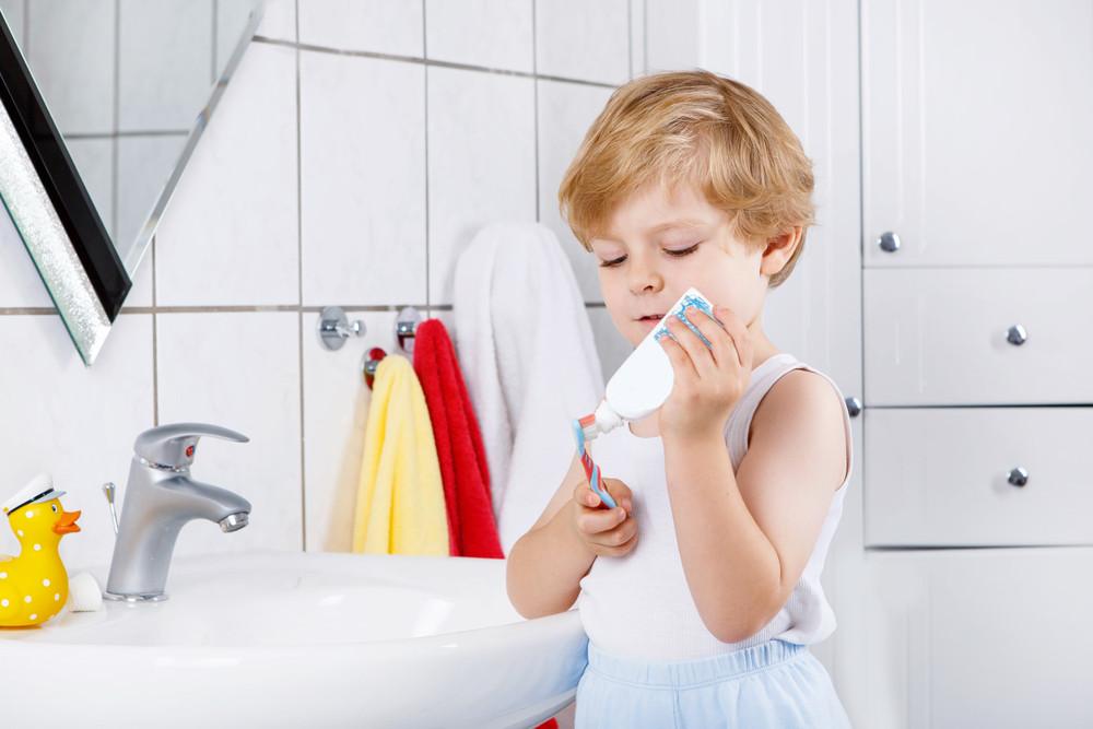ребенко чистит зубы