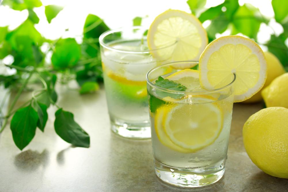 вода з лимоном і куркумою