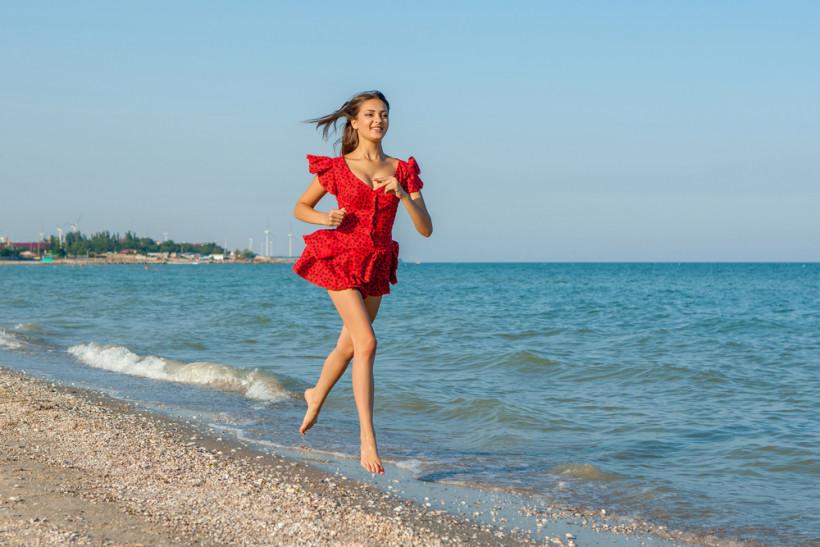 женщина бежит по пляжу