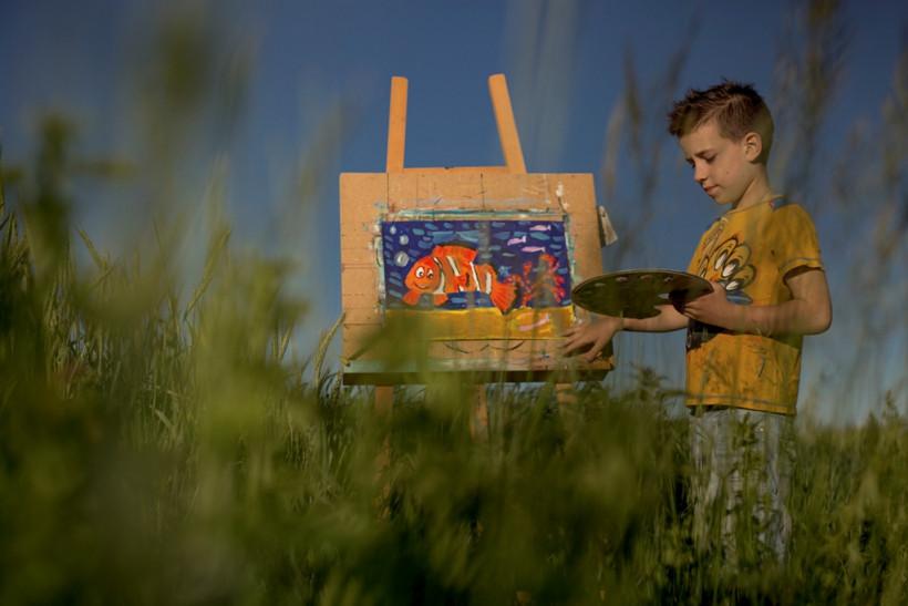 Маленькие взрослые - мальчик Юра с мольбертом в поле