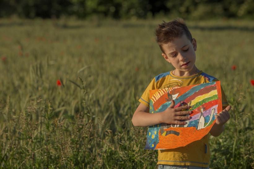 Маленькие взрослые - мальчик-художник в поле