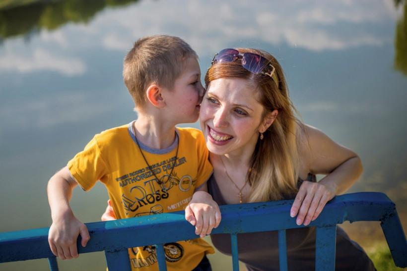 Наталя Ткач и сын Артем на рыбалке - Маленькие взрослые