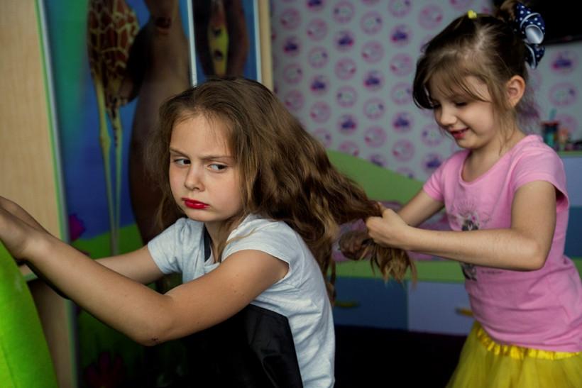 Девочки играют в парикмахера - Взрослые дети