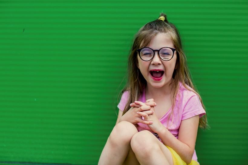 Смешная девочка в очках