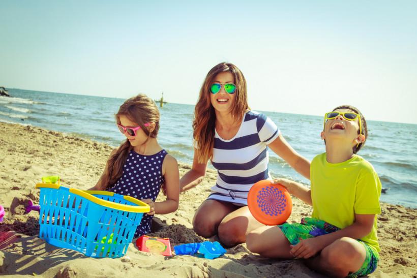 Мама на пляже с детками