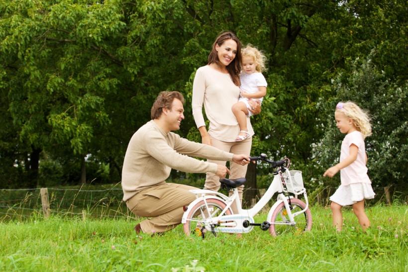 Семья на прогулке в парке