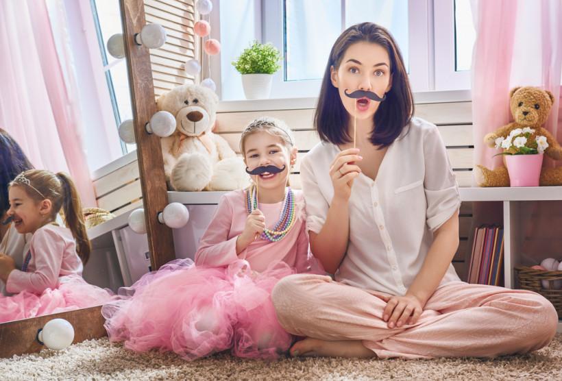 Мама и дочка играют