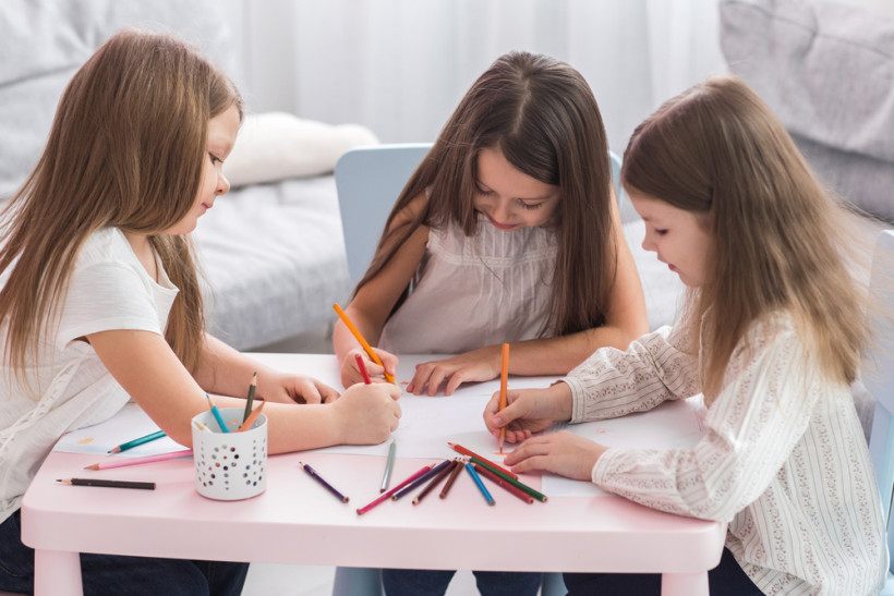 Девочки рисуют - подготовка к школе