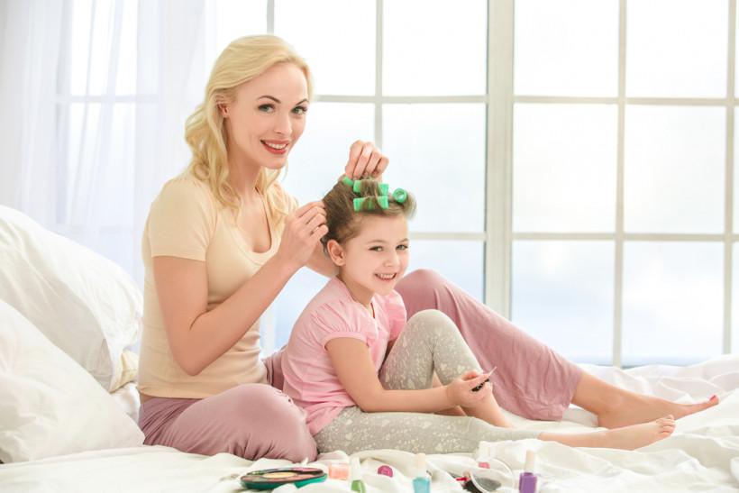 мама и дочка делают маникюр