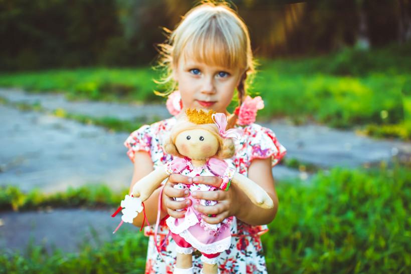 Девочка с куколкой