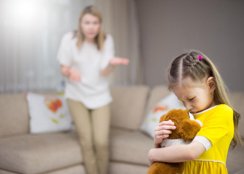 дівчинка плаче