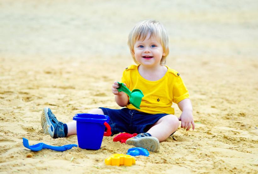 Малыш играет в песке
