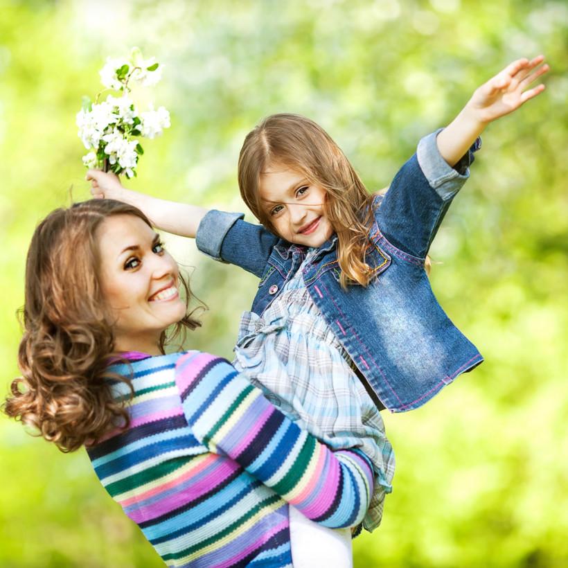 Мама с дочкой на руках - весна
