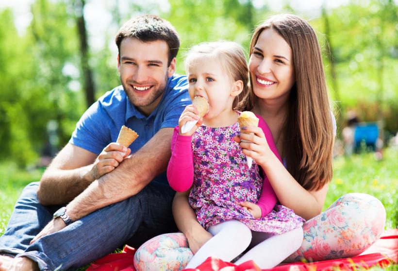 Семья ест мороженое