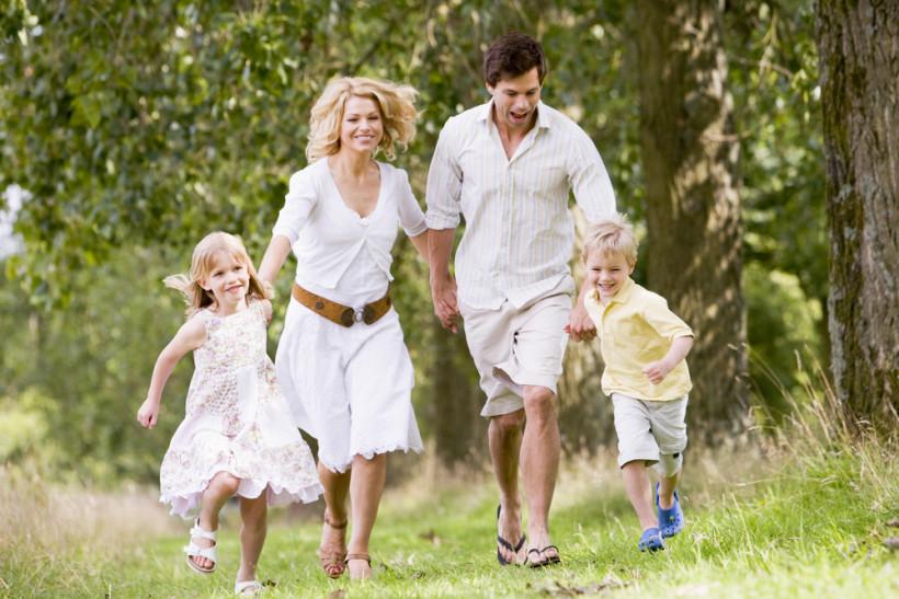 Счастливая семья летом