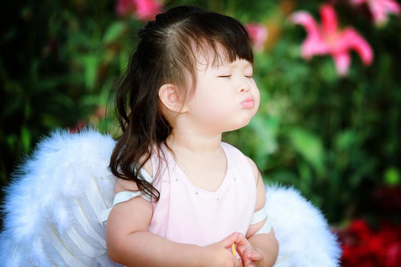 Девочка с крылышками в поле