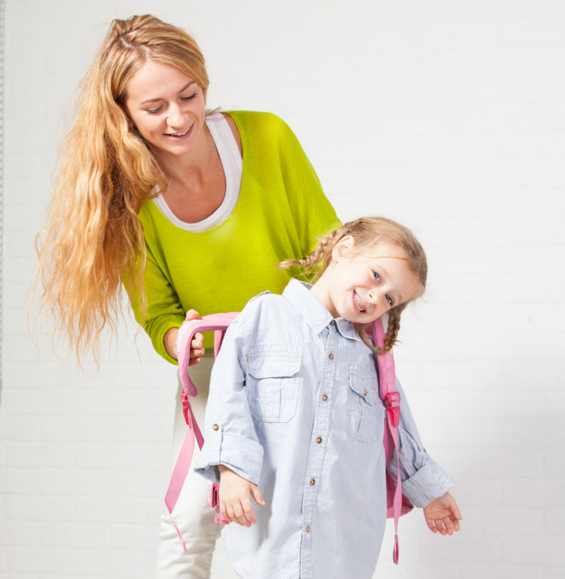 Мама собирает дочь в школу