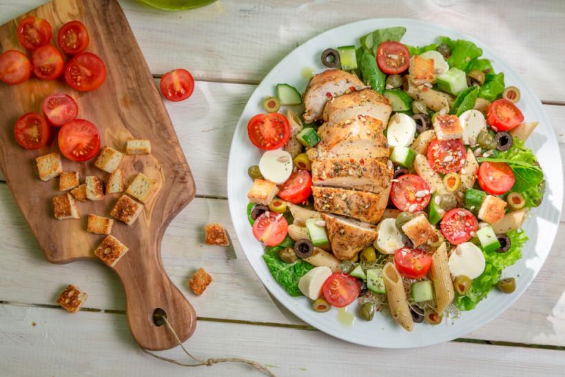 Салат с курице и овощами