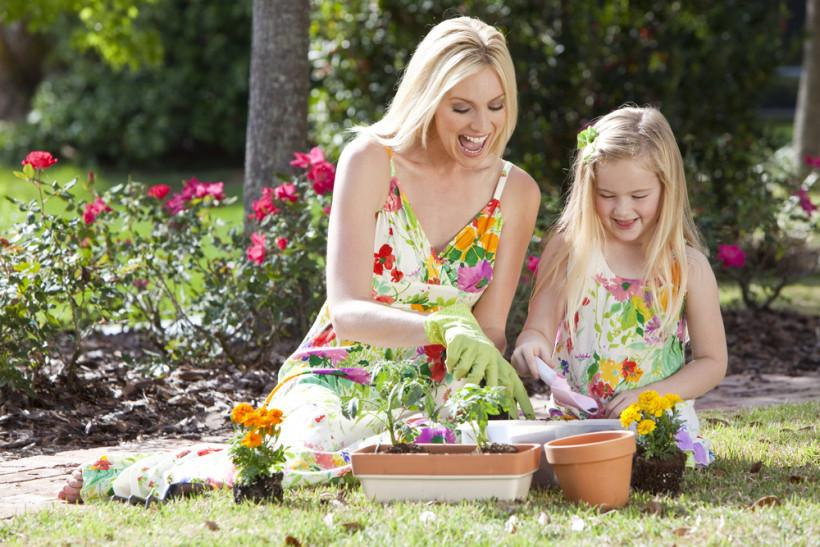 Мама с дочкой работают в саду