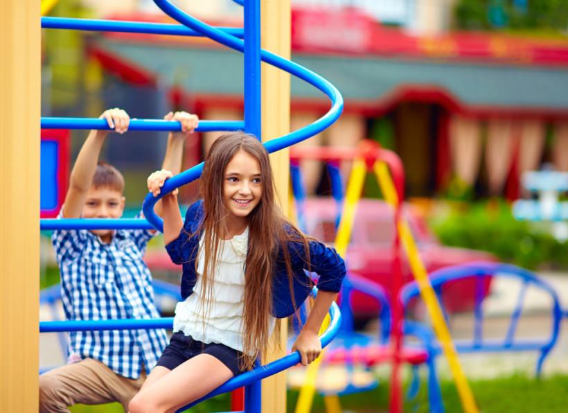 Дети играют на площадке - правила безопасности детей